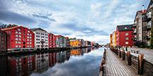 Hus vid vattnet i Trondheim, Norge. Foto
