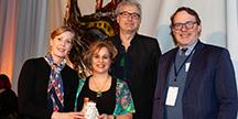 Pascale Parenteau, Lester McGrath och Patricia Barker från Royal New Zealand Ballet accepterar utmärkelsen av Creative New Zealand Chief Executive Stephen Wainwright. Foto