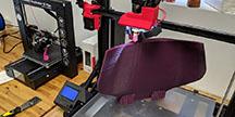 En 3D-printad rullstolskomponent i tillverkningsprocessen. Foto