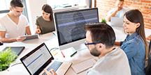 Webbutvecklare som gör granskningar av webbplatser. Foto
