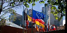 EUs byggnader och flaggor i Bryssel. Foto