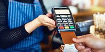 En person som betalar med kort. Foto