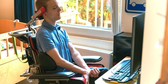 En rullstolsburen datoranvändare.