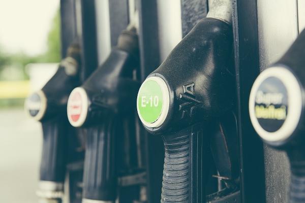 Närbild på fyra bensinpumpar