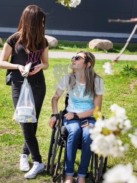 Kvinna i rullstol p� ett bageri