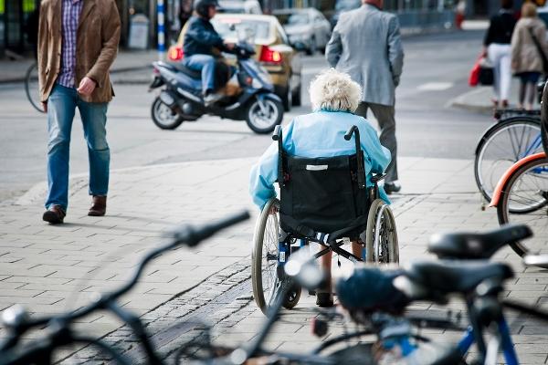 �ldre person i rullstol. Foto: Skandinav bildbyr�/Lars Owesson.