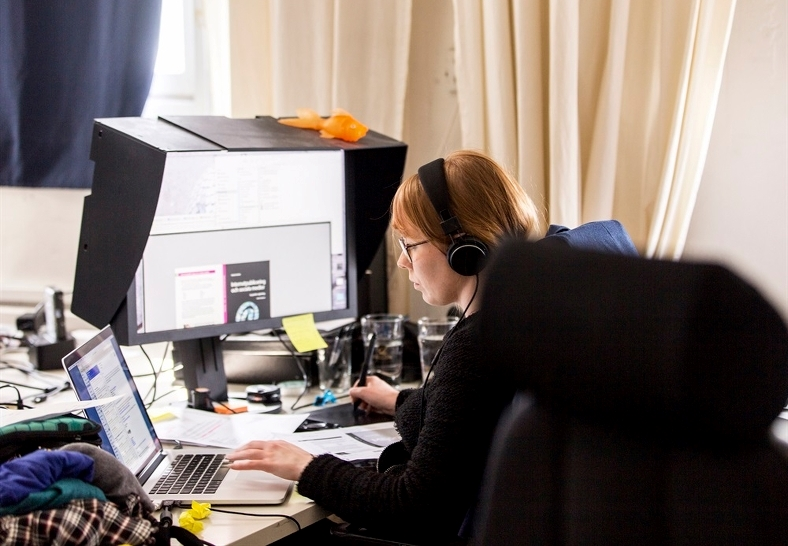 Kvinna som sitter och arbetar med sin dator och tv� datask�rmar. Foto: Scandinav bildbyr�John�r.