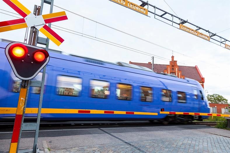 Lokaltåg passerar vägkorsning. Foto: Thomas Adolfsén/Scandinav bildbyrå