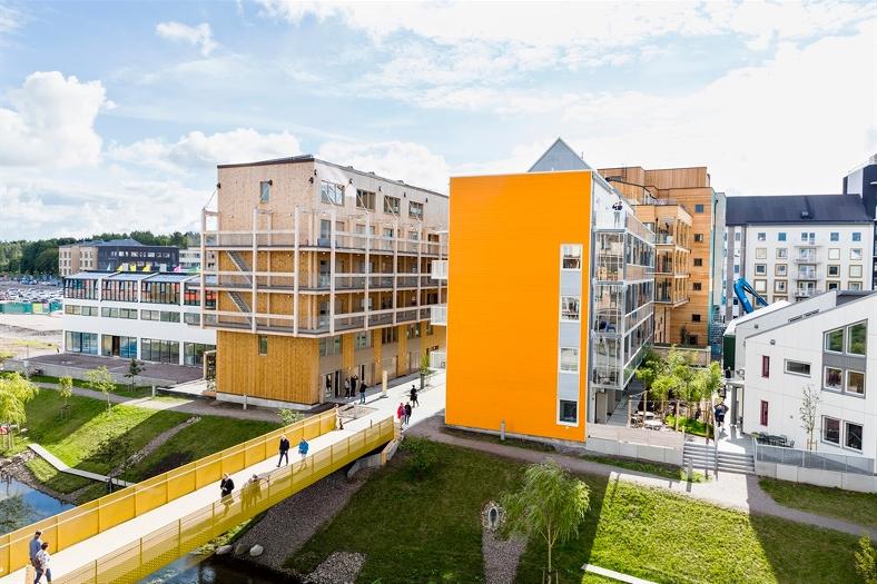 Stadsbebyggelse med gångbro över vattendrag. Foto: Thomas Adolfsén/Scandinav bildbyrå