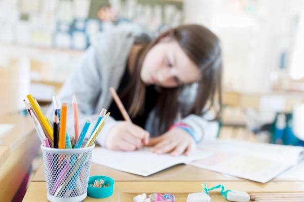 Elev ritar med färgpenor